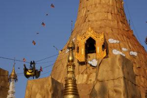 Moment der Dekoration der Sule-Pagode mit gespandeten Goldblättchen in Yangon